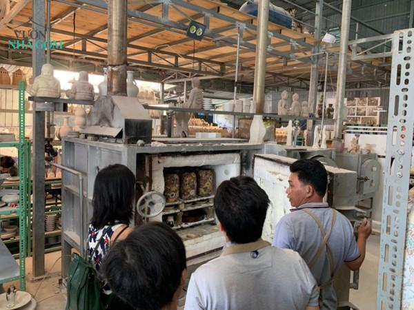 ソンべ焼きの工房 にてソンべ焼きの原料や窯について など説明