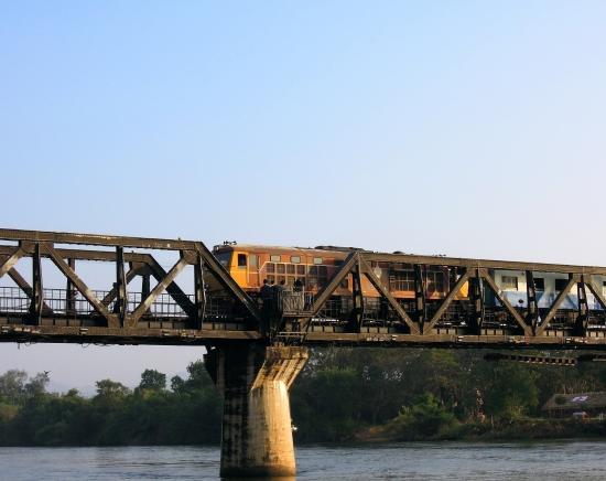 【週末限定】カンチャナブリ泰緬鉄道の旅「戦場にかける橋」をスピードボートと鉄道乗車で巡るツアー 第二次世界大戦博物館見学付き<日本語ガイド/1日>