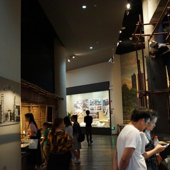 深セン博物館内にて展示物を熱心に鑑賞する来館者たち