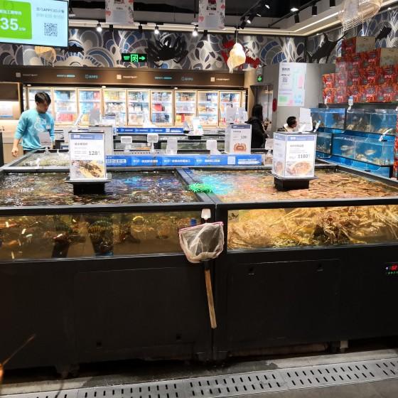 新型 IoTスーパーマーケット「盒馬鮮生」 で人気の生鮮食品売り場 ~ その場で調理して食べるレストランも大人気
