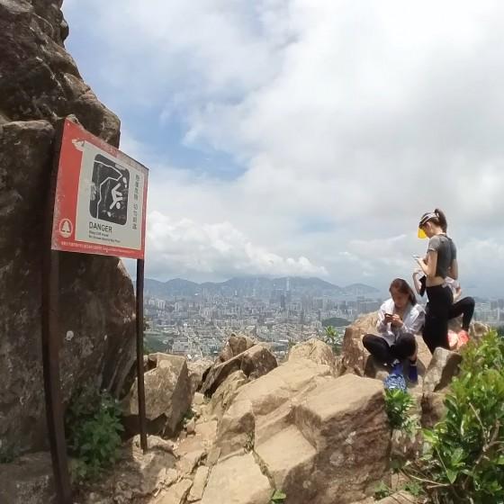 ライオンロックと登山者たち イメージ