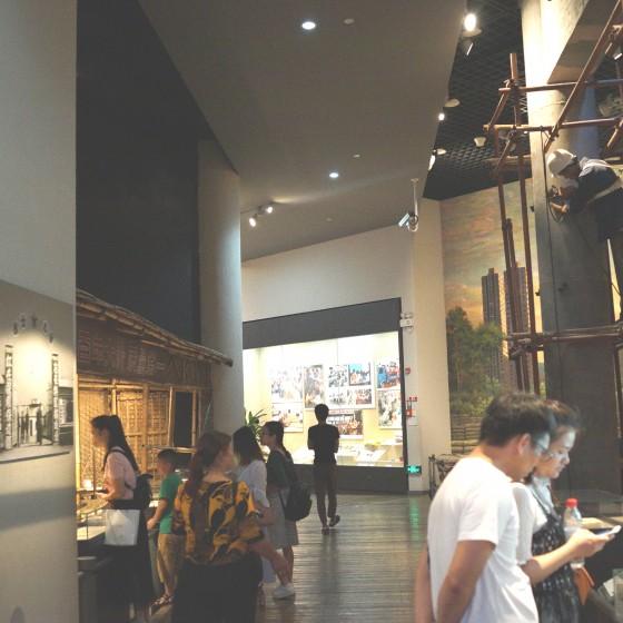 深セン博物館 ~ 展示物を熱心に見学する人々