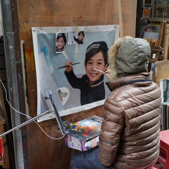 世界最大界規模の芸術村 大芬(ダーファン)油画村の一角 ~ 写真を模写するアーティスト