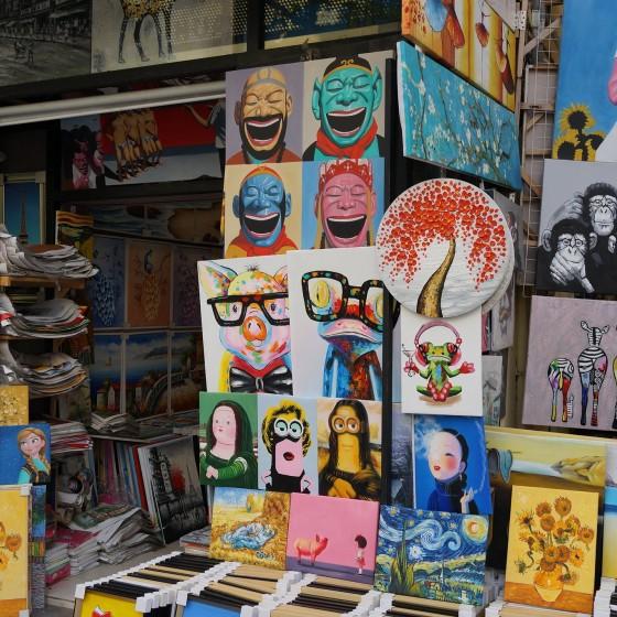 世界最大界規模の芸術村 大芬(ダーファン)油画村の一角 ~  人気路線の複製画を並べる画商