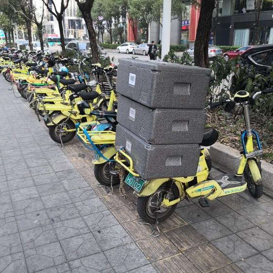 アリババ系 ハイテクスーパーマーケットで配送を待つ電動バイクと荷物