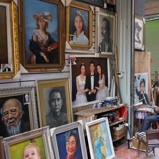 世界最大界規模の芸術村 大芬(ダーファン)油画村の一角 ~ 似顔絵を描きながら作品を販売するアーティスト