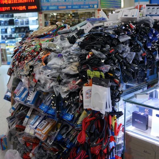 華強北路電気街 の 大型モール内のコード類の山