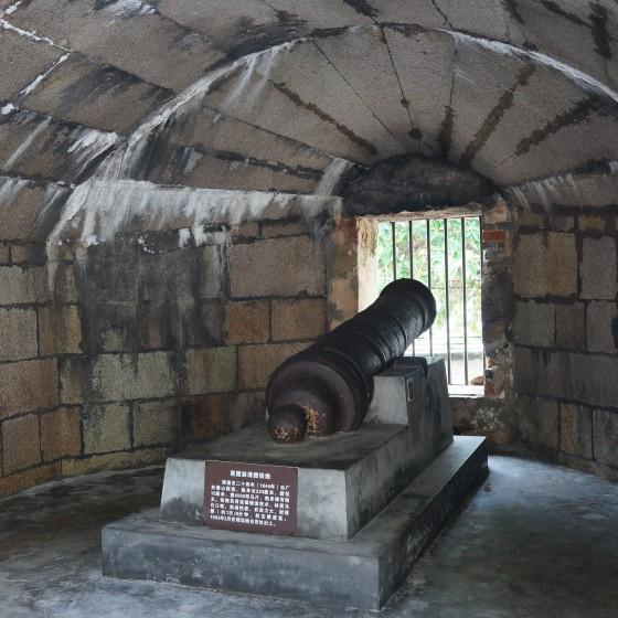 虎門 威遠砲台 海に向けた当時の砲台が展示されている