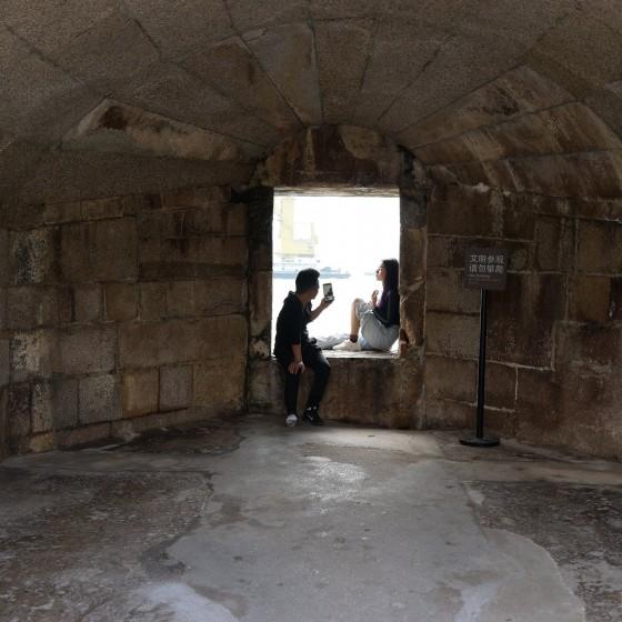 虎門 威遠砲台 ~ 砲台跡で海をバックに写真を撮り合う観光客