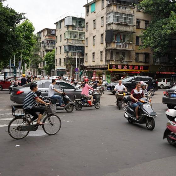 潮州 信号のない交差点 ~ バイクやシクロや車が行き交う