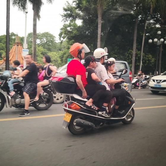 潮州 街のイメージ ~ バイクはヘルメット無しや3~4人乗りはあたりまえ