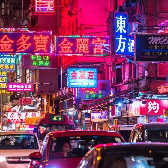 観光イメージ:夜の街とネオン