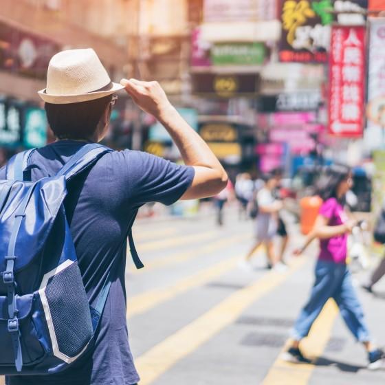 観光イメージ:街並みと旅行者