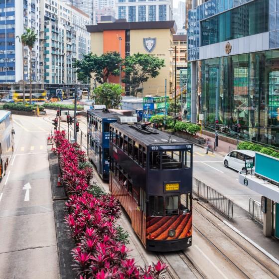 観光イメージ:二階建てトラムと香港島街並み