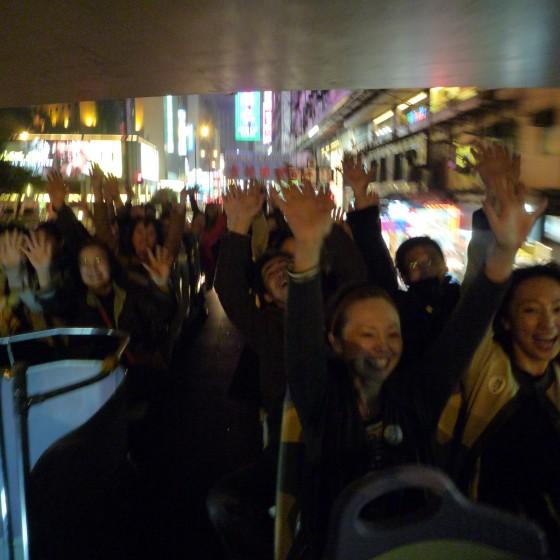 香港 サリスベリーロード のトンネル で オープントップバスの車上 イメージ