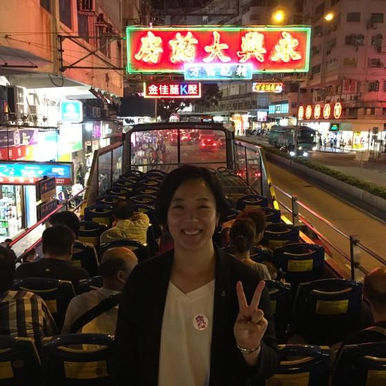 香港 パンダバスのオープントップバス佐敦道の廟街入口でバスを止めて記念写真