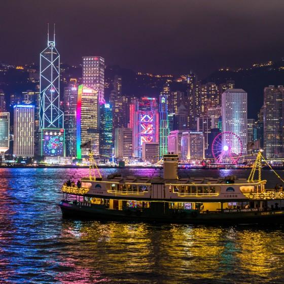 香港 尖沙咀プロムナードから臨む香港島の夜景とスターフェリー