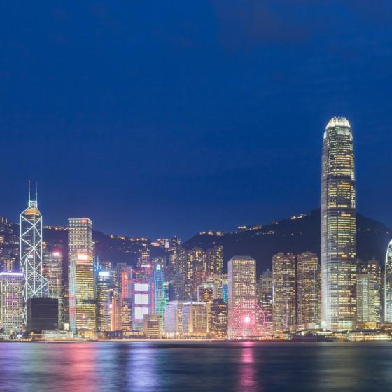 香港 尖沙咀プロムナード から臨む香港島のビル群の夜景