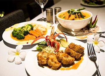 市内レストランにて昼食 (クメール料理)