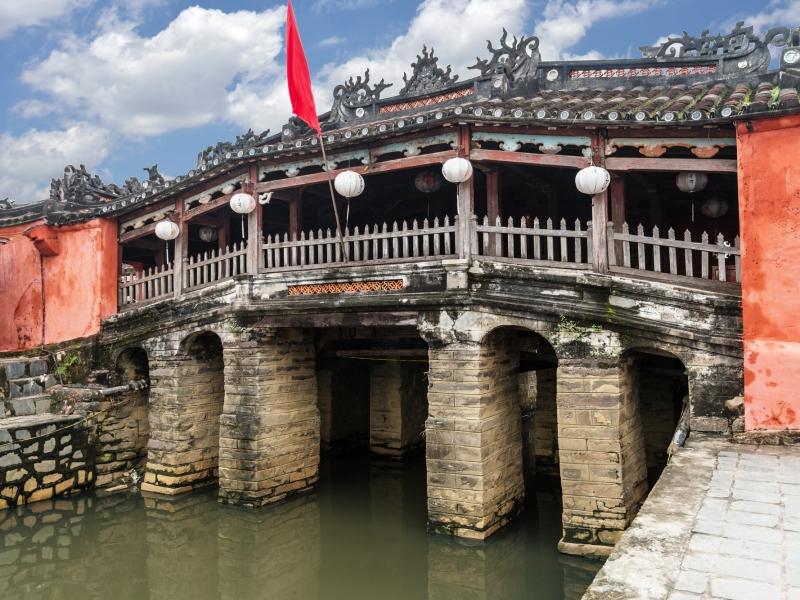 ホイアン料理のランチ、午後はホイアン観光(日本橋、フ-ンフンの家、海のシルクロード博物館、福建会館、シクロ乗車体験など約3時間)。