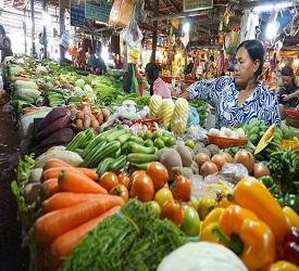オールドマーケットに立ち寄り庶民の生活風景を見学