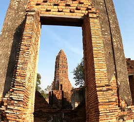 仏塔の顔のみがポツンと置かれた不気味ながらも美しい「ワットウォラチェット」