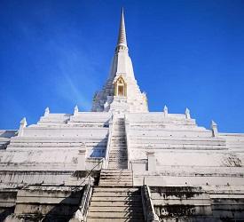 真っ白な仏塔で最近話題の珍しい寺院「ワットプーカオトーン」