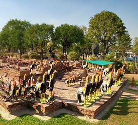 獅子に囲まれた仏塔や異様な数の鶏が寄贈される「ワットタムミカラート」