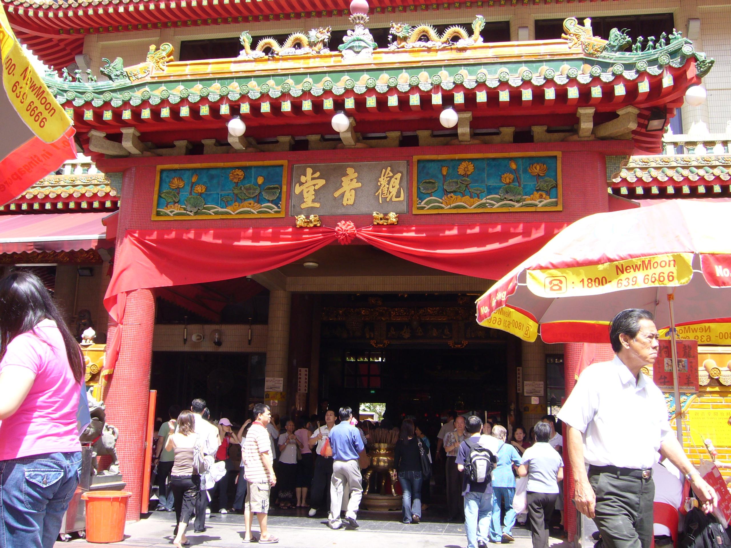 地元民でいつも賑わう「観音堂」で中国式おみくじ体験