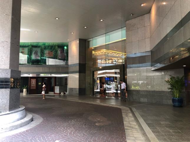インターコンチネンタル・バンコク隣接、プレジデントタワー1階地下行きエスカレーター前から出発