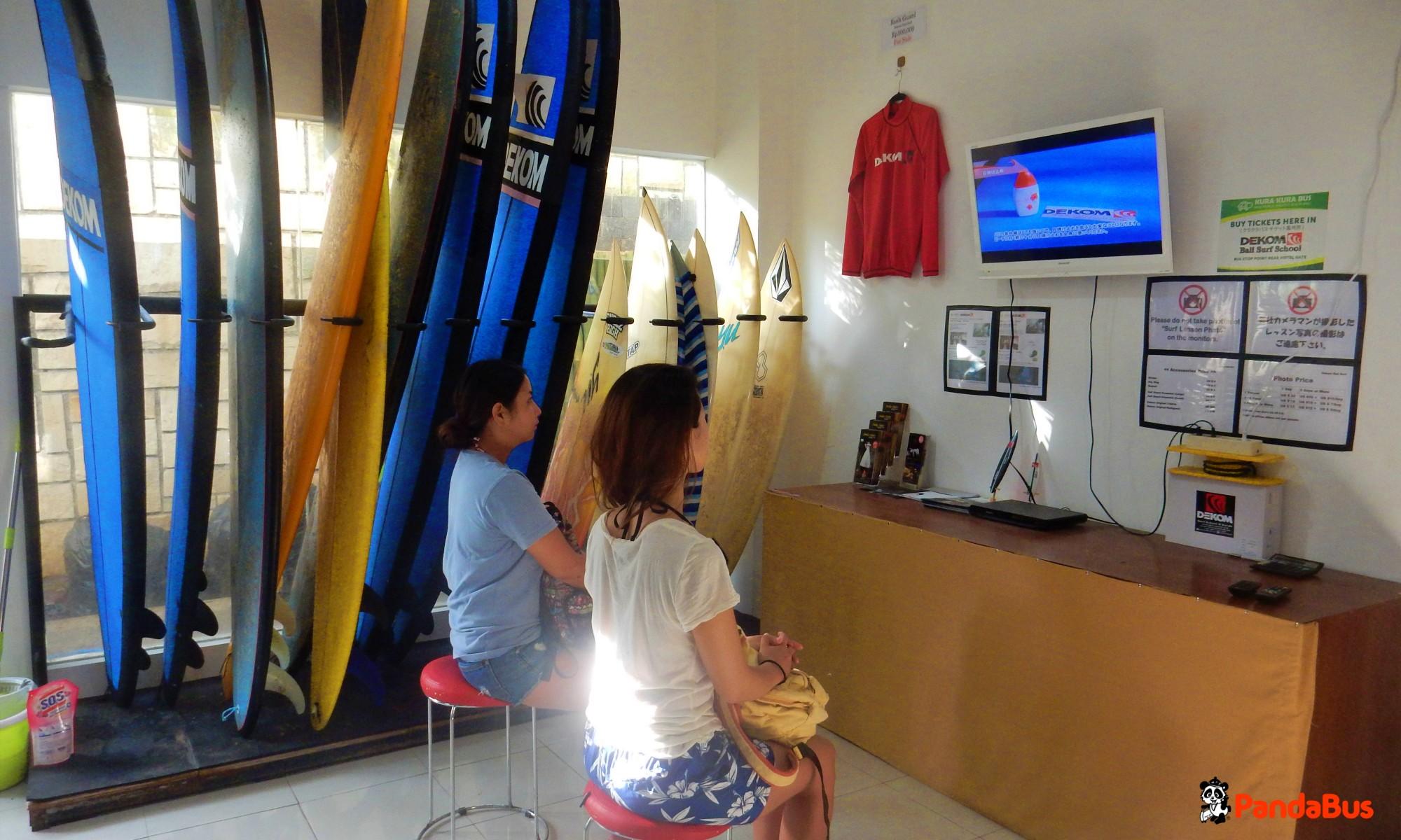 デコムサーフスクールへ到着 保険の手続きなどのあと、DVDでサーフィンの理論を学びましょう。 着替え、荷物をロッカーに入れいよいよビーチへ