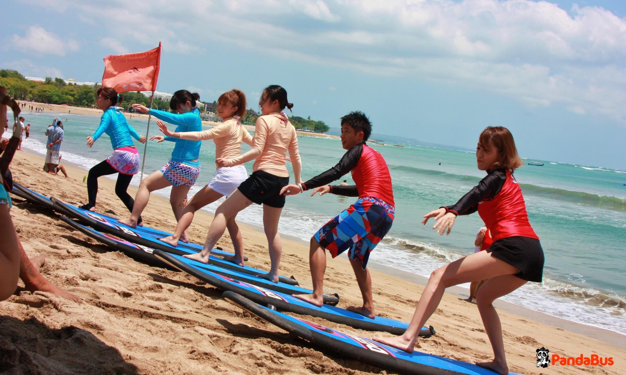 ビーチへ移動し練習開始!  準備運動のあと、陸の上でイメージトレーニングをします。