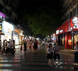 桂林市内へ戻り、一番の繁華街・正陽歩行街散策と中華料理のご夕食