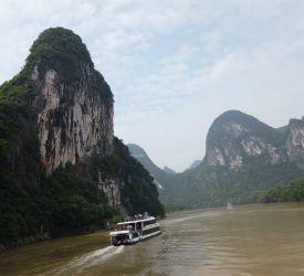 山水画の世界にようこそ! 約4時間の漓江下りをお楽しみください
