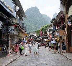 特徴的な山々に囲まれた陽朔西街を散策観光と陽朔名物料理の夕食