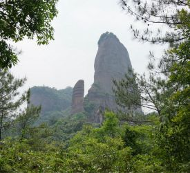 遊歩道をたどりながら、その形で有名な「陽元岩」へご案内(徒歩約1時間)