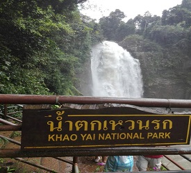 マイナスイオンをたっぷり浴びられる滝へウスワット(Haew Su Wat Waterfall)へご案内