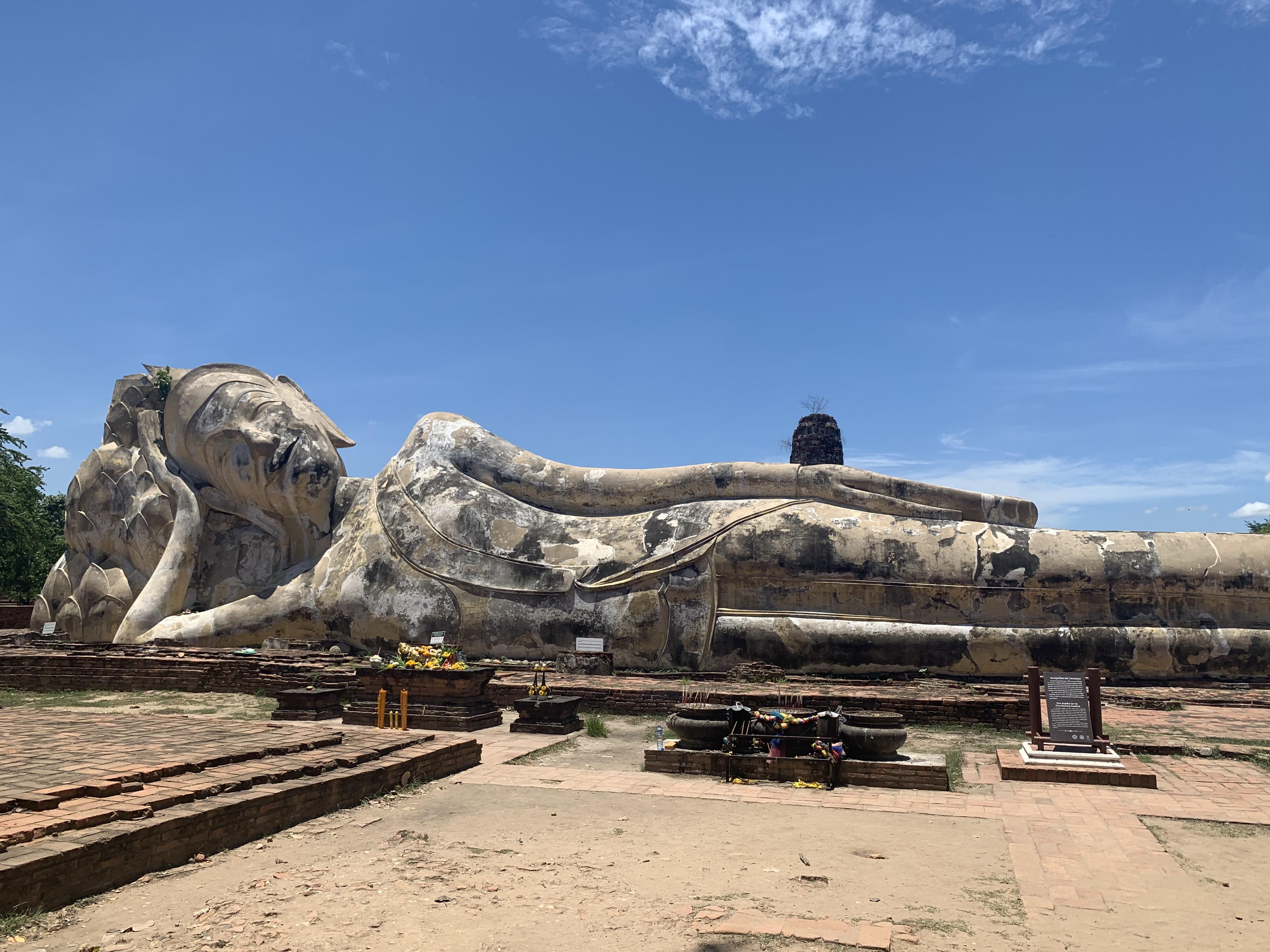 全長28m、ひっそりと巨大涅槃物が横たわり情緒溢れる「ワットロカヤスター」