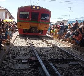 列車に乗車   メークロン駅 に向けて出発!
