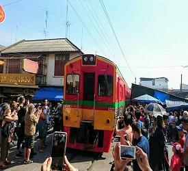 列車出発。列車が過ぎた瞬間、営業再開!市場の傘がパタパタ開かれる様子も見物!