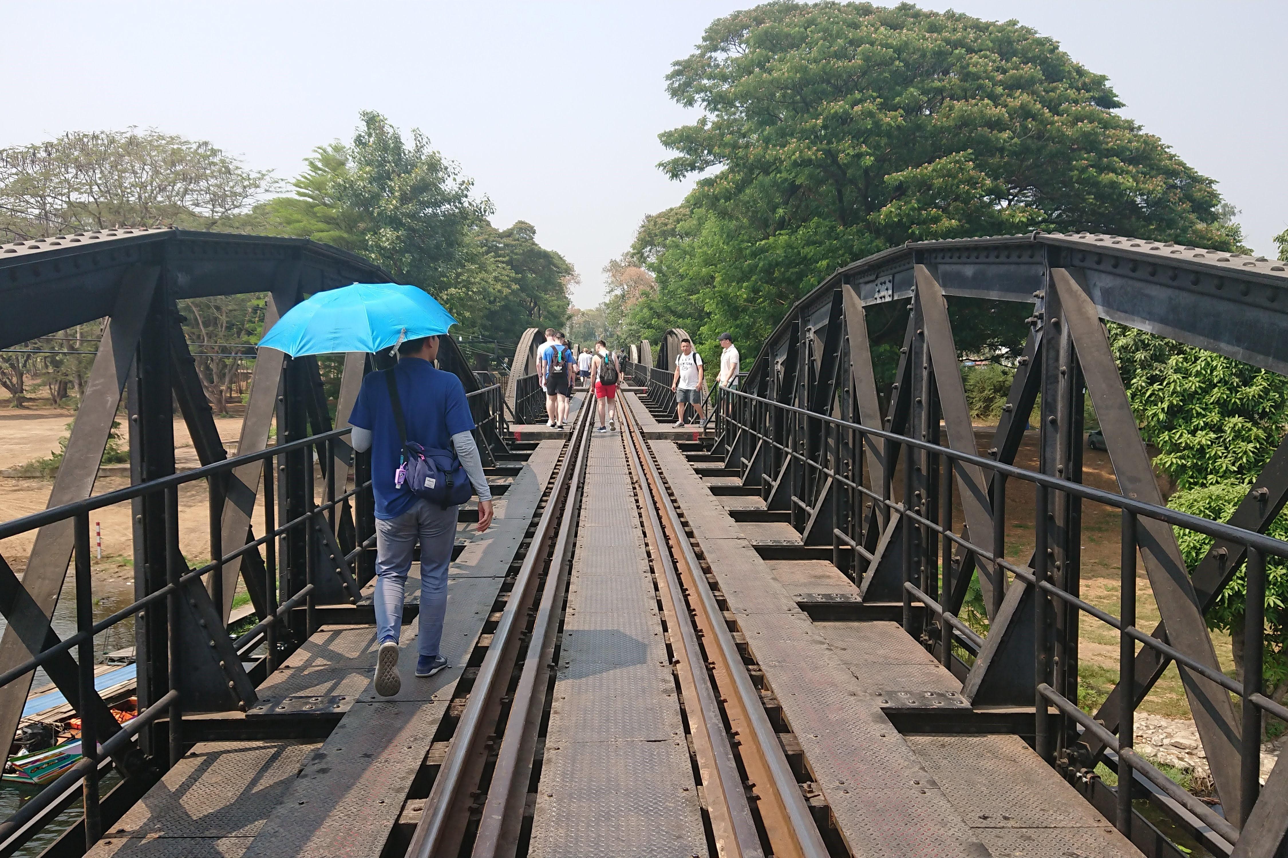 「戦場にかける橋」近辺の散策、鉄橋を悠然と走る泰麺鉄道を鑑賞