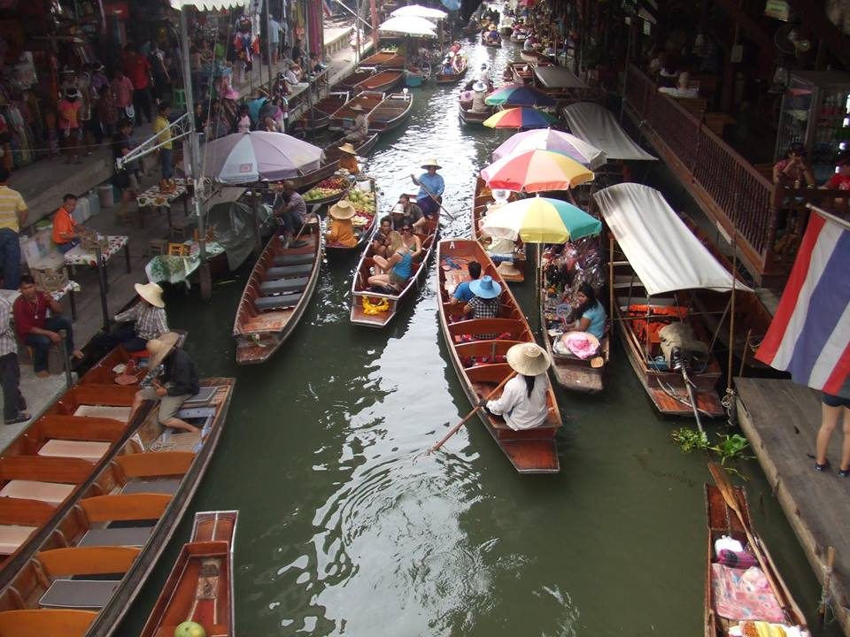 小船の行き交う水上マーケットを自由散策