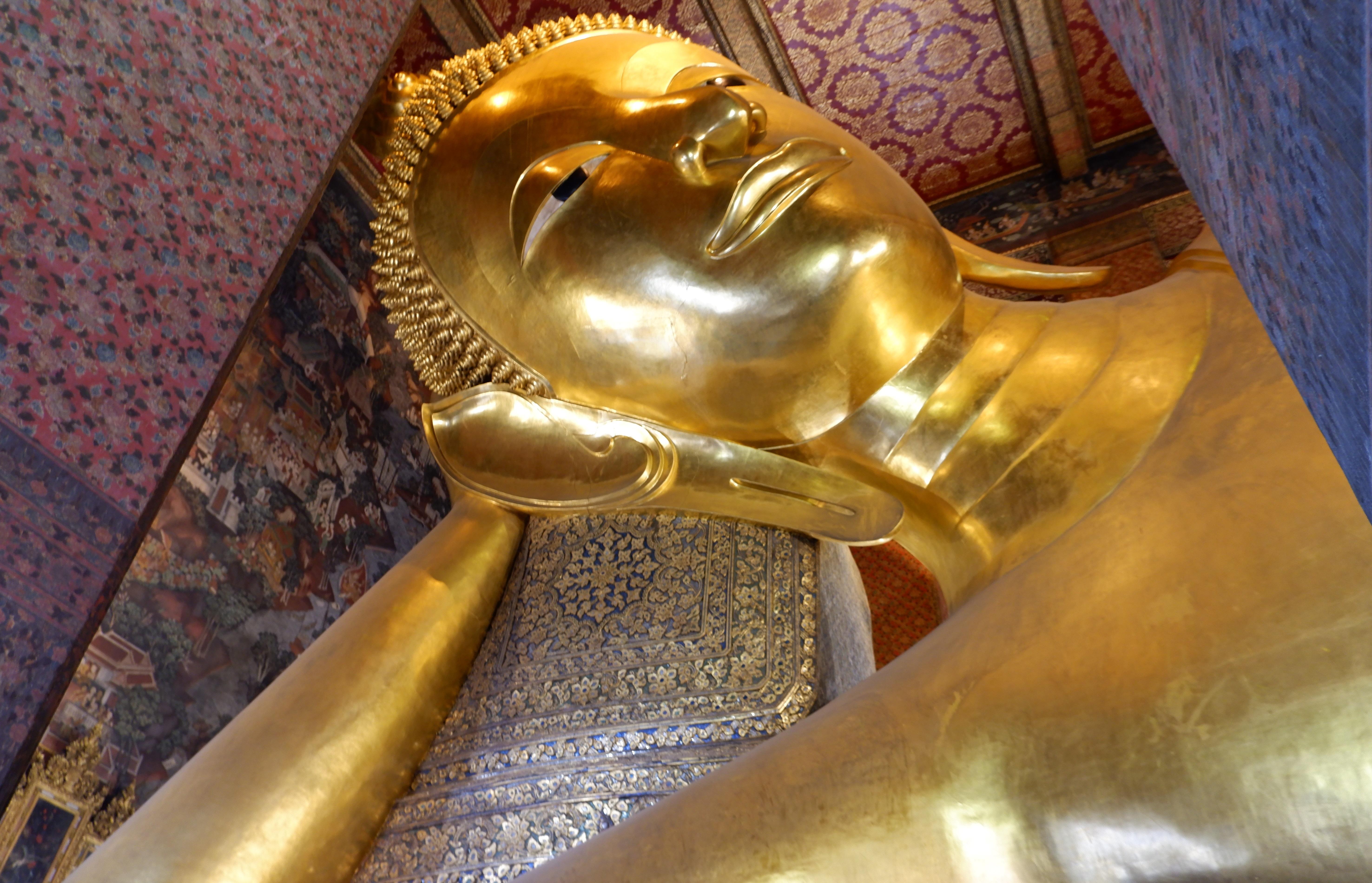 巨大な寝釈迦仏とマッサージで有名な「ワットポー(涅槃寺院)」