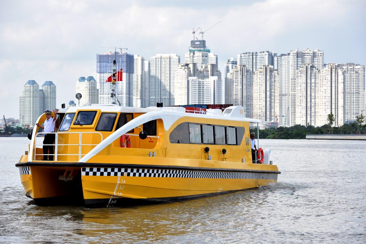 サイゴン川を走る水上バス乗船