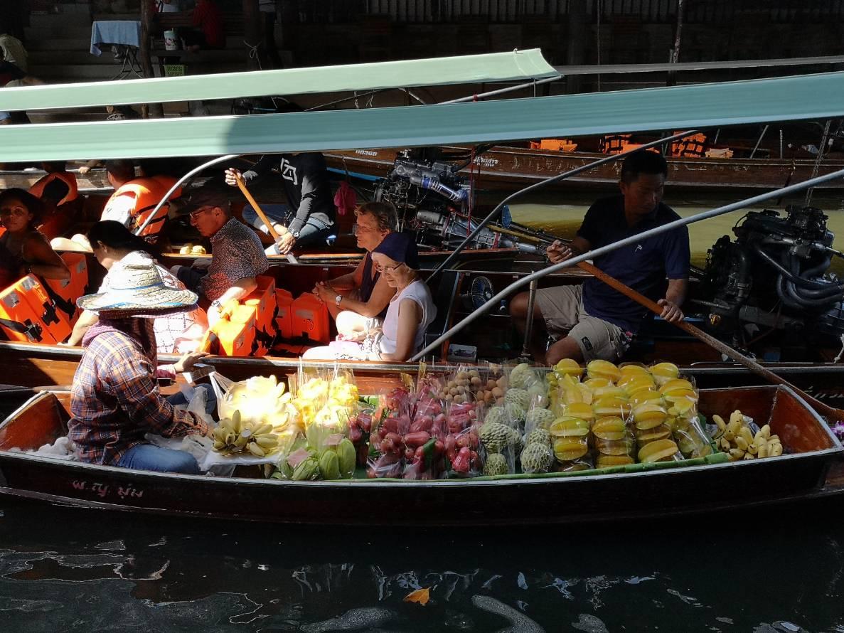 スピードボートに乗り換え、定番のダムヌンサドゥアック水上マーケットへ