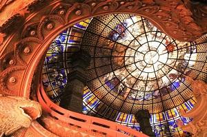 色鮮やかなステンドグラスの天井がとっても綺麗な「エラワンミュージアム」