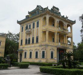 移築された楼閣や歴史的建造物を移した公園「立園」へ