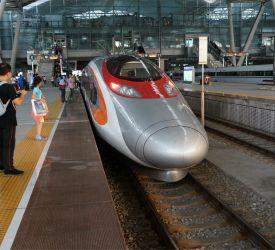 高速鉄道【D7472】⇒【G6585】にご乗車になり、深セン北駅へ向けて出発