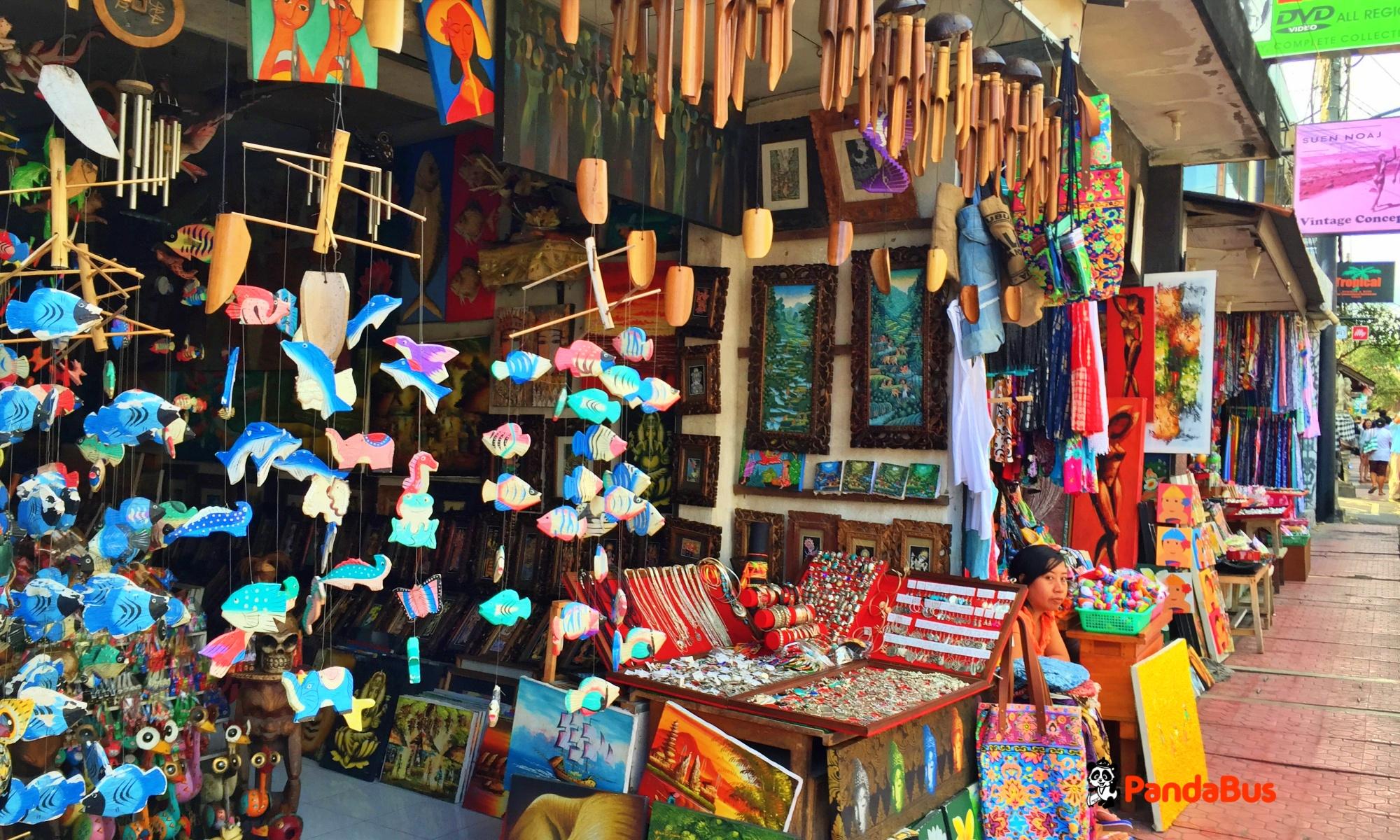 有名な雑貨屋などがひしめく『モンキーフォレストストリート(猿の森通り)』散策 希望者はウブド王宮もご覧いただけます。