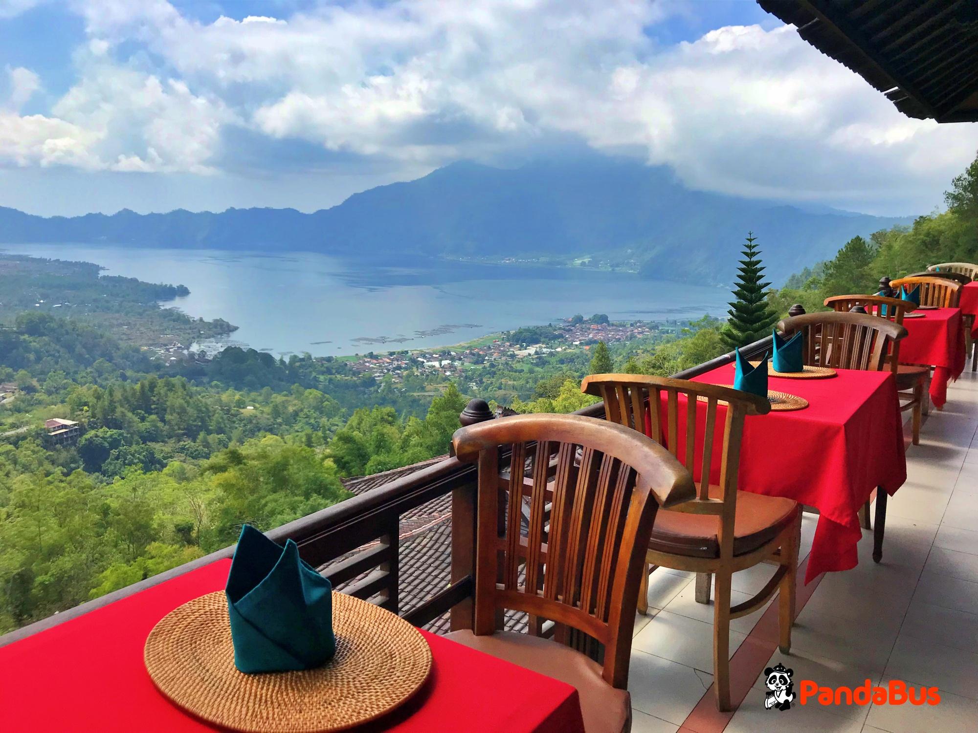 キンタマーニ高原にて昼食(インドネシアバッフェ) 世界遺産『バトゥール湖』が見えるレストランですがすがしい気分をお楽しみいただけます。